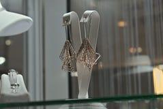Elegante Ohrringe im Verkauf im Einzelhandelsgeschäft stockfotos