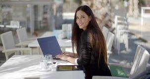 Elegante onderneemster die aan laptop werken stock video