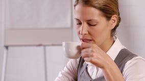 Elegante onderneemster die hete drank drinken stock video