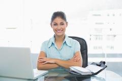 Elegante onderneemster met laptop in bureau Stock Afbeelding