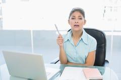 Elegante onderneemster met laptop op kantoor Stock Fotografie