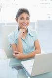 Elegante onderneemster met laptop op kantoor Stock Foto