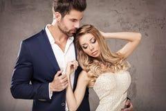 Elegante Paare, die zusammen aufwerfen Stockfotografie