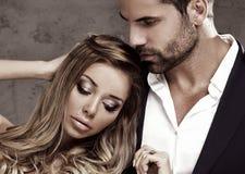 Elegante Paare, die zusammen aufwerfen Stockfotos