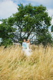 Elegante Paare nahe dem Baum Stockfotos