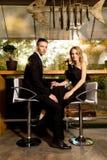 Elegante Paare am Restaurant Stockfotos