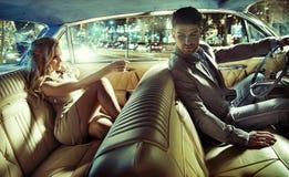 Elegante Paare vor der Abendgesellschaft Stockfoto