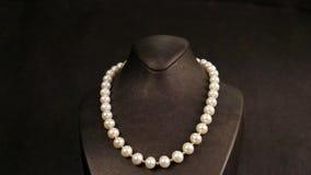 Elegante parelhalsband op een ledenpopoverzicht, juwelen die van parels, klassieke juwelen voor dames binnen worden gemaakt, pare stock video
