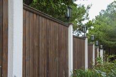 Elegante poort en omheining op huisingang stock foto