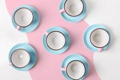 Elegante porselein blauwe en roze koppen op abstracte achtergrond Stock Afbeelding