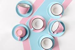 Elegante porselein blauwe en roze koppen op abstracte achtergrond Royalty-vrije Stock Foto