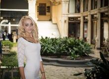 Elegante recht blonde junge Frau in der vornehmen Stadteinstellung in Europa Lizenzfreie Stockbilder