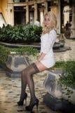 Elegante recht blonde junge Frau in der vornehmen Stadteinstellung in Europa Stockfotos