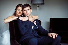 Elegante reizende Braut hält des Bräutigams Lizenzfreies Stockfoto