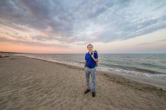 Elegante rijpe mens op kust Royalty-vrije Stock Afbeelding
