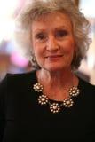 Elegante rijpe vrouw die een zilveren halsband draagt Royalty-vrije Stock Foto