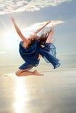 Elegante ritmische sprong bij zonsondergang Stock Fotografie