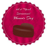 Elegante rode zijdeachtergrond met ornamenten, chocolade in een hart met een inschrijving en een Internationale Vrouwen` s Dag op Royalty-vrije Stock Afbeelding