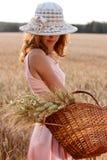 Elegante romantische vrouw in hoed met mand Stock Foto's