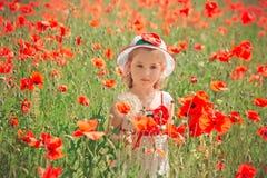 Elegante rubio lindo del niño de la chica joven vestido en el vestido enganchado hecho a mano blanco que lleva la presentación su Fotos de archivo