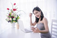 ` Elegante s de la muchacha usando el teléfono elegante y trabajo en el ordenador portátil, tiempo feliz Fotos de archivo libres de regalías