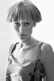 Elegante schöne Blondine, die im Studio, tragende modische Kleidung aufwerfen Lizenzfreies Stockfoto