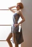 Elegante schöne Blondine, die im Studio, tragende modische Kleidung aufwerfen Stockfoto