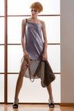 Elegante schöne Blondine, die im Studio, tragende modische Kleidung aufwerfen Lizenzfreie Stockfotografie