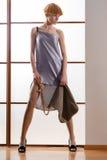Elegante schöne Blondine, die im Studio, tragende modische Kleidung aufwerfen Stockfotos