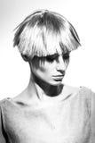 Elegante schöne Blondine, die im Studio, tragende modische Kleidung aufwerfen Lizenzfreie Stockfotos