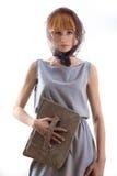 Elegante schöne Blondine, die im Studio, tragende modische Kleidung aufwerfen Lizenzfreies Stockbild