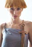 Elegante schöne Blondine, die im Studio, tragende modische Kleidung aufwerfen Stockfotografie