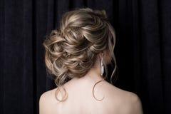 Elegante schöne Mädchenbraut mit einer schönen festlichen Haarbraut in einem Hochzeitskleid mit Verzierungen auf dem Kopf, großes lizenzfreie stockfotos