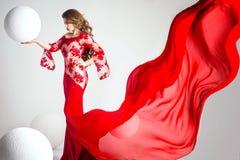 Elegante Schönheit im roten Kleid Lizenzfreie Stockfotos