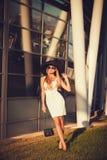 Elegante Schönheit im stilvollen Hut stockfotografie