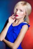 Elegante Schönheiten blond mit den roten Lippen in einem blauen Kleid im Studio Lizenzfreie Stockbilder
