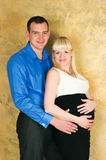 Elegante schwangere Paare Stockfoto