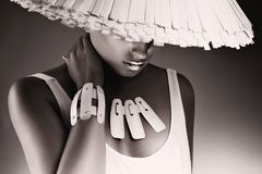 Elegante Schwarzweiss-Frau im weißen Hut Stockfotos