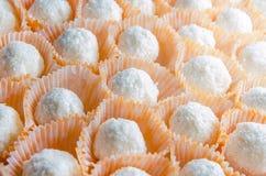 Elegante selbst gemachte weiße Kokosnusssüßigkeit im orange Spannkorb Lizenzfreie Stockfotos