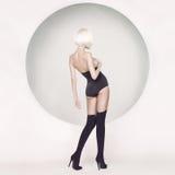 Elegante sensuele vrouw op geometrische achtergrond Stock Foto's