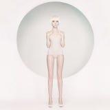 Elegante sensuele vrouw op geometrische achtergrond Royalty-vrije Stock Foto