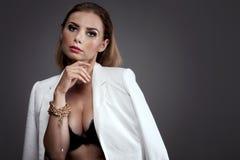 Elegante sexy Frau im Studio Stockbilder