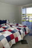 Elegante slaapkamer met oceaanview.jh stock fotografie