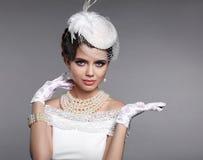Elegante stijl Donkerbruine vrouw met Handholding leeg iets Royalty-vrije Stock Afbeelding