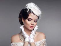 Elegante stijl Donkerbruine vrouw met schoonheidsmake-up en kapsel, Royalty-vrije Stock Fotografie