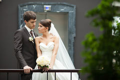 Elegante stilvolle Braut und Bräutigam des jungen glücklichen Paars Lizenzfreies Stockfoto