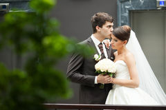 Elegante stilvolle Braut und Bräutigam des jungen glücklichen Paars Lizenzfreie Stockfotografie