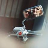 Elegante stilvolle glückliche blonde Braut und Bräutigam auf dem Motorrad b Stockbilder