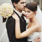 Elegante stilvolle junge Paare Stockbilder