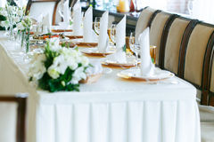 Elegante stilvolle verzierte Hochzeitsempfangtabellen mit Gläsern Lizenzfreies Stockfoto